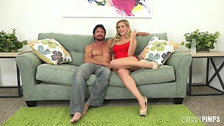 Milf does a split before giving head and getting fucked