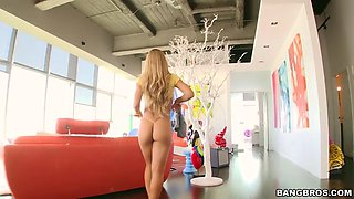 nicole aniston shows us her gorgeous tits and sexy cameltoe
