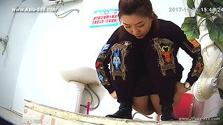 chinese girls go to toilet.90