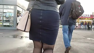 Fatty girl s ass go to the bus