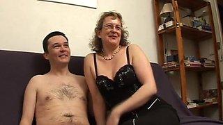 La chatte de l'institutrice souillee devant son mari