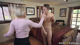 Dee Williams sucks and fucks in the bathroom and gets a huge facial