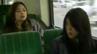 Deux chaudes lesbiennes en bus